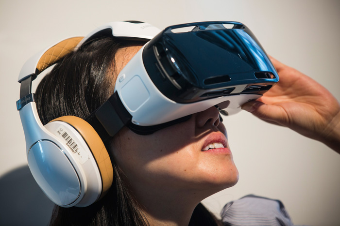 samsung-galaxy-note-4-features-gear-vr-virtual-reality-accessory